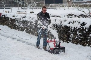 remove snow easily with Mantis snow thrower