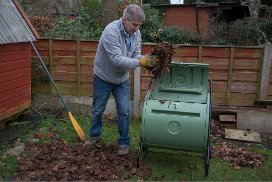Recycle autumn leaves into compost mantis rotative composters